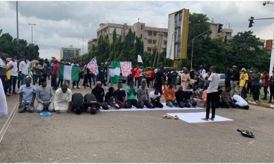 How Muslim Faithfuls Paused #EndSARS Protest To Observe Their Prayers